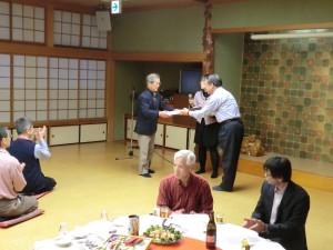 七段合格の西山先生へ館長先生より記念品が授与されました。