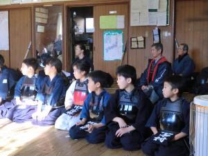 ちびっ子剣士も先生の話に耳を傾けます