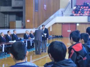 開会式に先立ち根岸先生に剣道有功賞が授与!