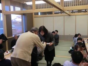 七段合格の金田先生へ袴を贈呈