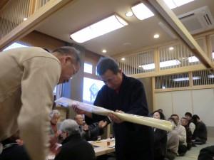 六段合格の山口先生へ竹刀を贈呈
