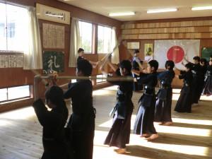 剣士たちが準備運動を兼ねて素振りです(^^)
